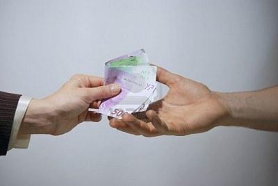 2868181-el-dinero-en-mano-de-euros-el-pago-en-efectivo.jpg