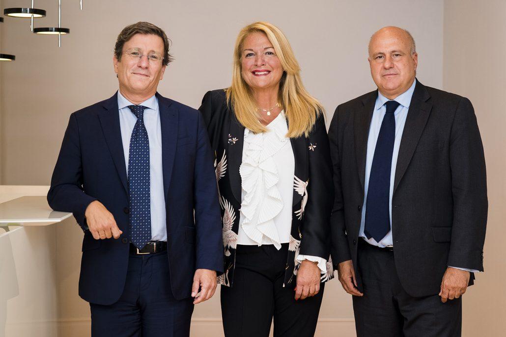 Javier Valdecantos, socio coordinador (izquierda), María José Pérez-Cejuela (centro) e Isidro del Saz, socio director de la oficina de Madrid (derecha).