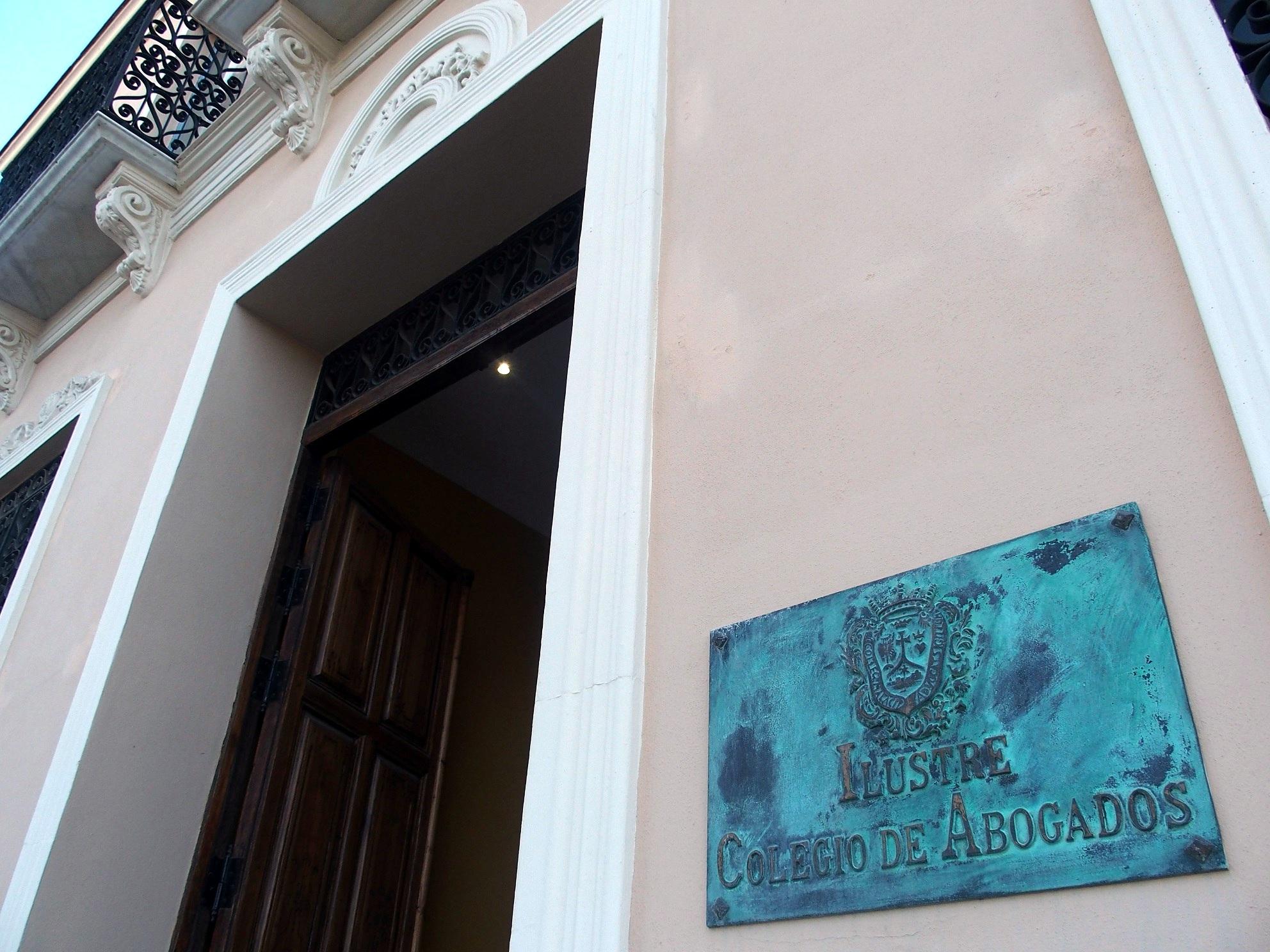 El Ayuntamiento de Benalmádena suspende dos convenios para evitar desahucios y otro para combatir los delitos de odio