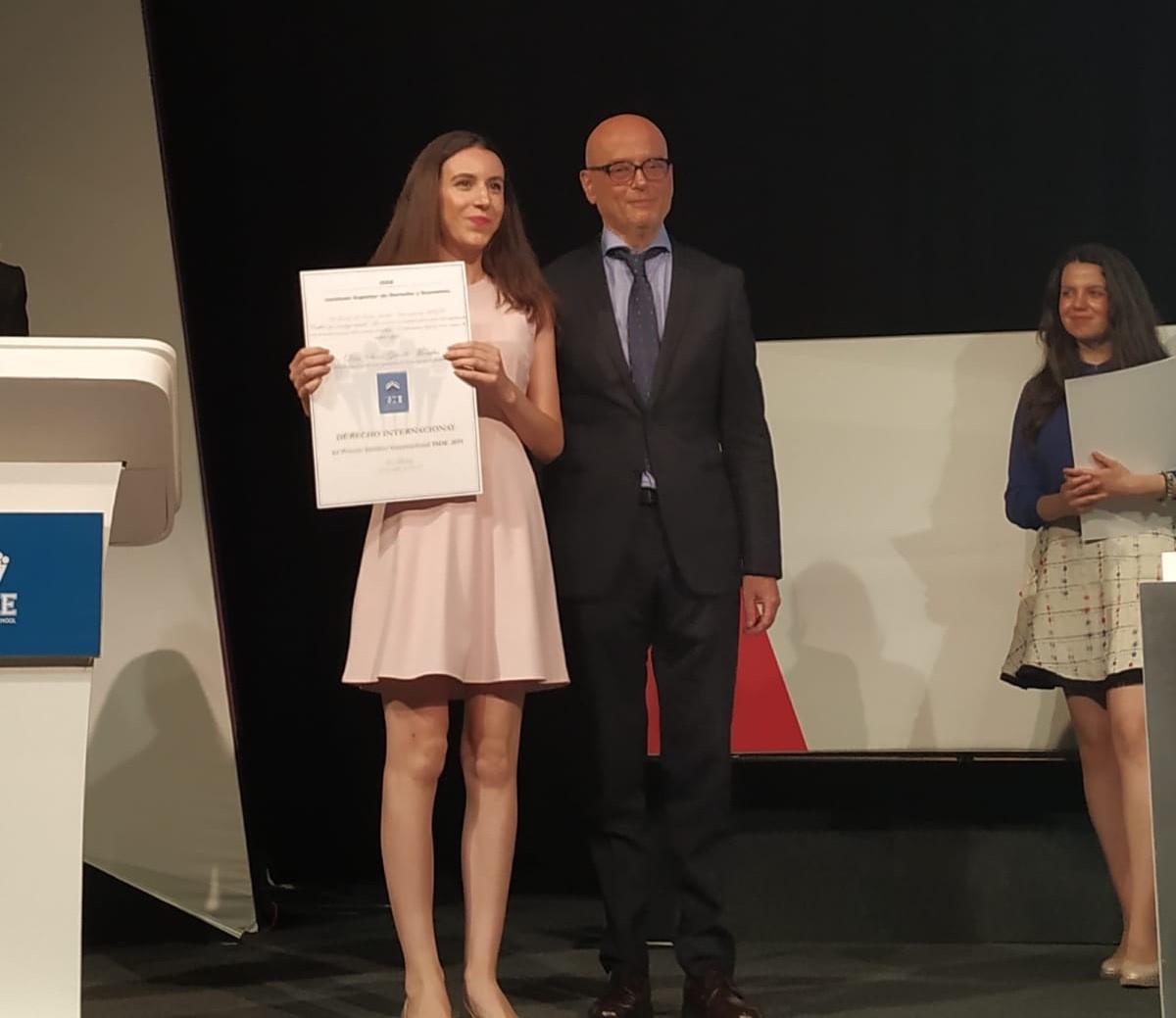 El Presidente del ISDE hace entrega del Premio Jurídico Internacional Sara Guindo Morales.
