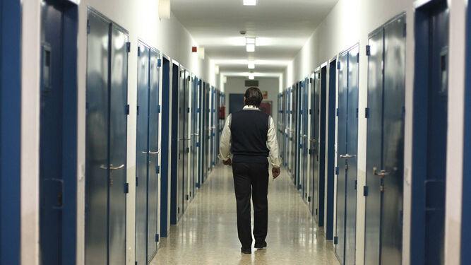 funcionario-prisiones-pasillo-carceles-gaditanas_1141996040_69391904_667x375