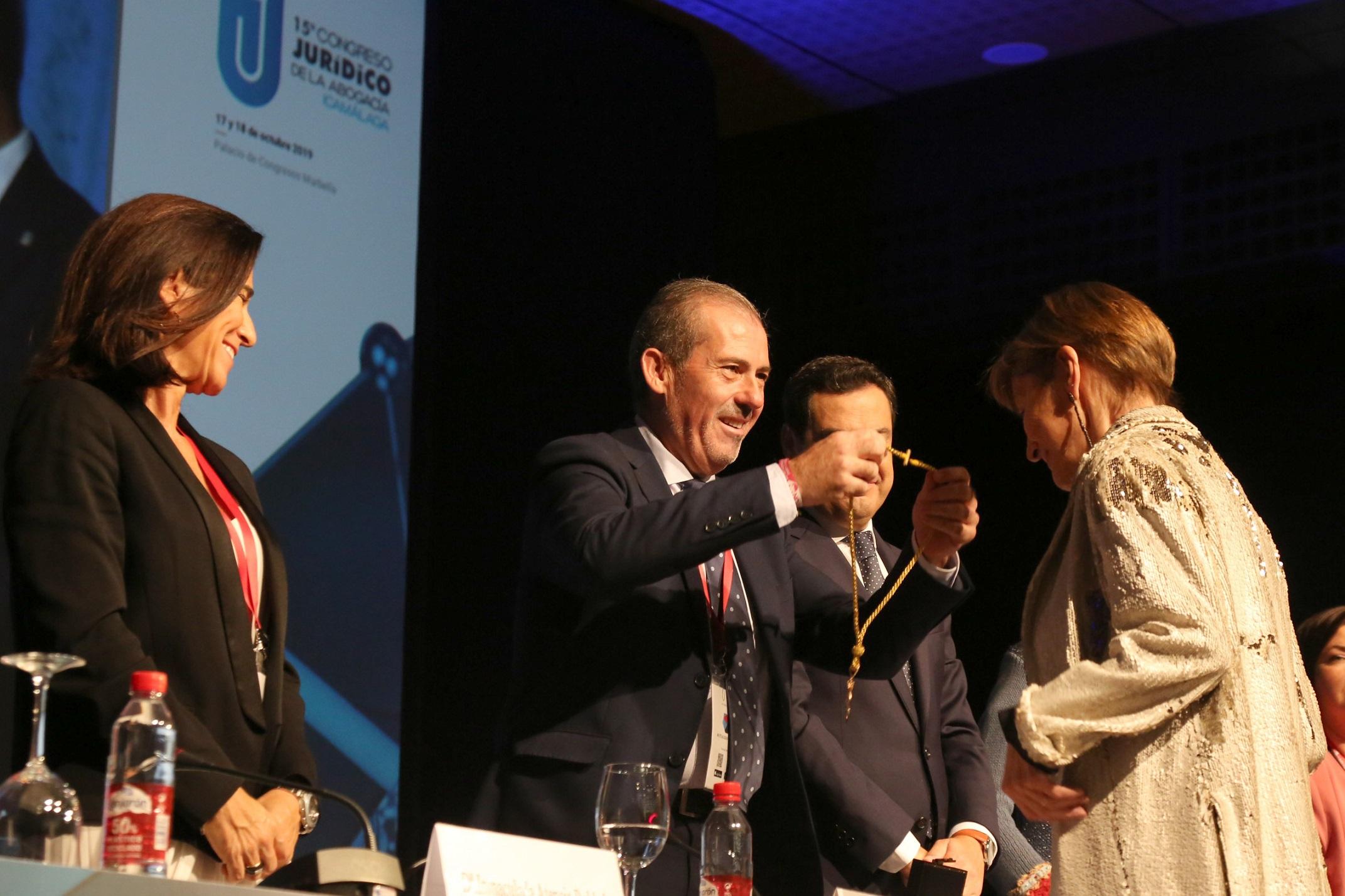 La presidenta del Consejo General de la Abogacía, Victoria Ortega, recibe la Medalla de Honor del Colegio de Abogados de Málaga