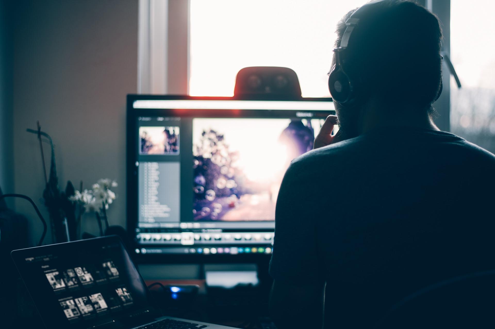 Videollamadas: ¿es abusiva la cláusula que obliga al trabajador a consentir la cesión de su imagen a la empresa?
