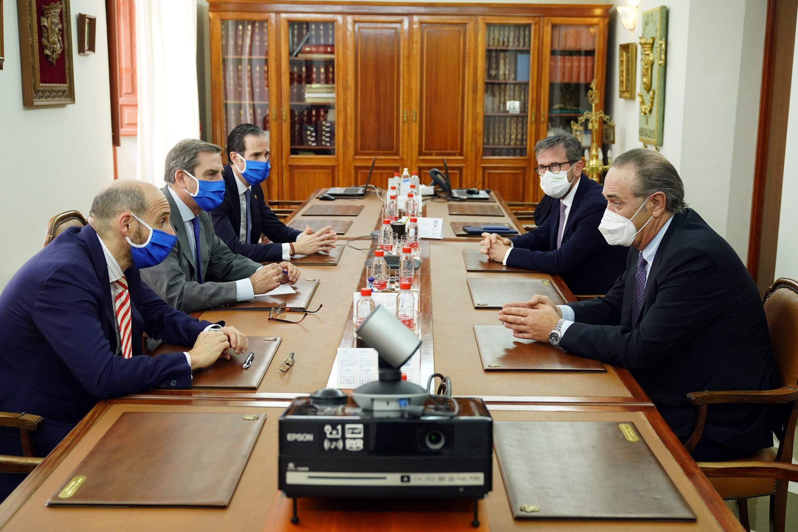 Momento de la reunión entre representantes de ambas organizaciones.