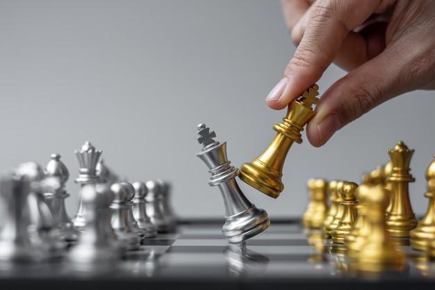 mano-hombre-negocios-moviendo-figura-rey-ajedrez-oro-jaque-mate-u-oponente-competencia-tablero-ajedrez_42256-3332