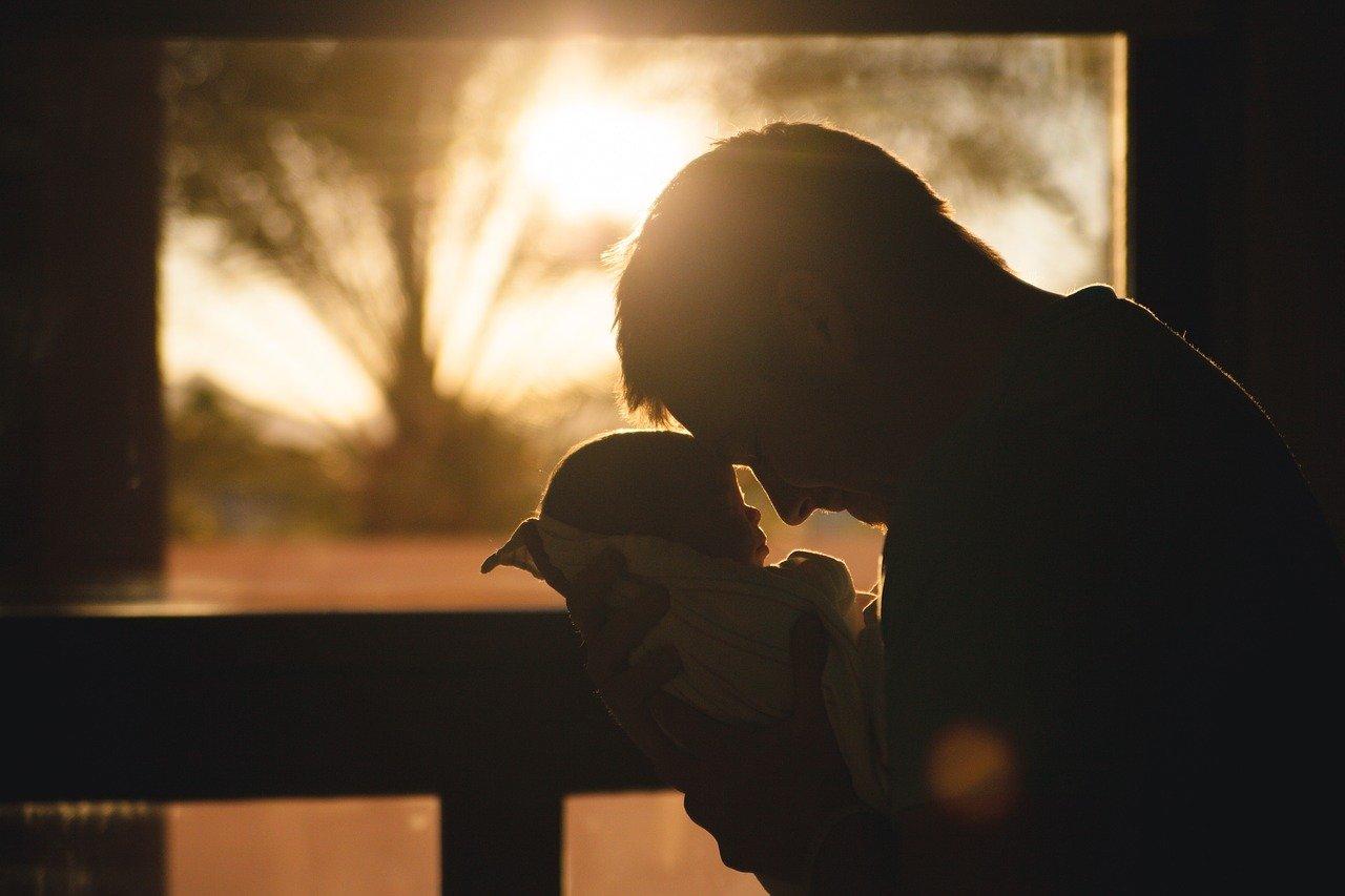 Reincorporan a un trabajador que fue despedido tras ser padre